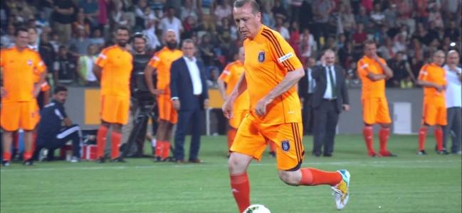 Il dito e la (mezza) luna: relazioni tra calcio e potere politico in Turchia